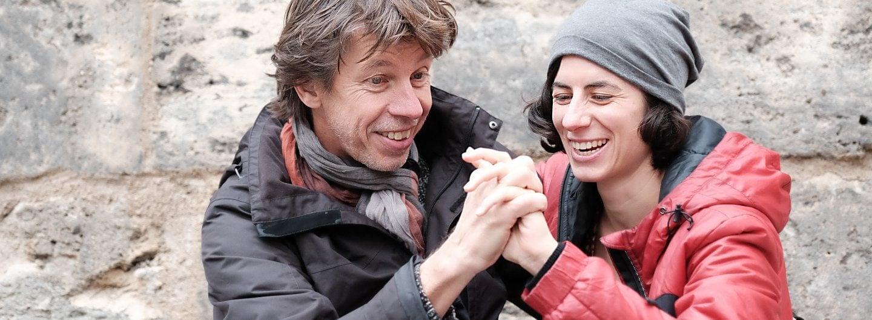 Tanzpaar vor Stadtmauer