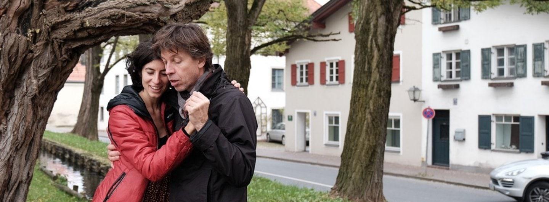 Paar in Tanzhaltung an einem Stadtbach