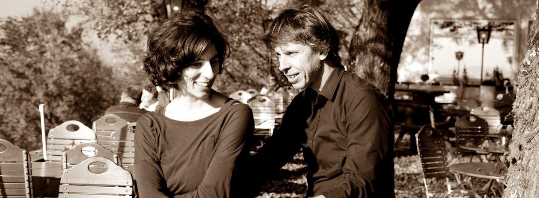 Tanzpaar bei Sonnenschein im Biergarten - Tanz-Magie