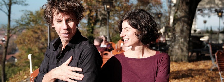 Tanzpaar im Biergarten, die Sonne scheint ihnen ins Gesicht und beide lachen