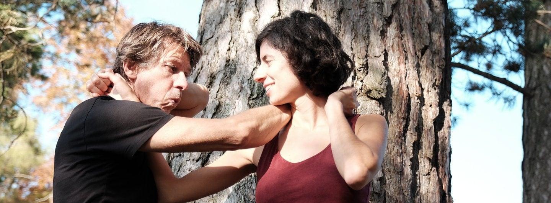 Tanzpaar in Doppelcaress vor Baum am Goegerl