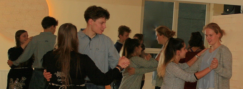 Vier Jugendliche Tanzpaare in einem Raum