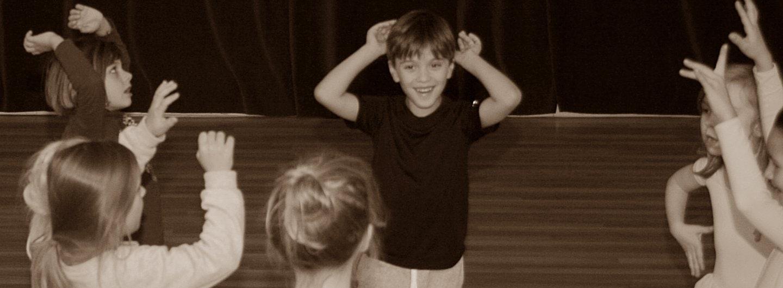 tanzende Kinder mit Armen in der Luft